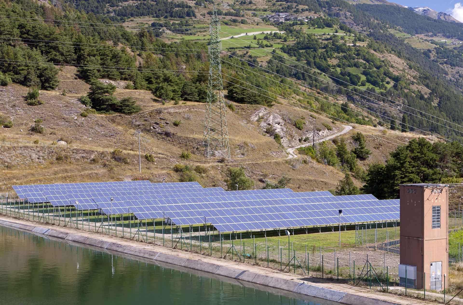 Impianto produzione energia verde rinnovabile fotovoltaica La Tour
